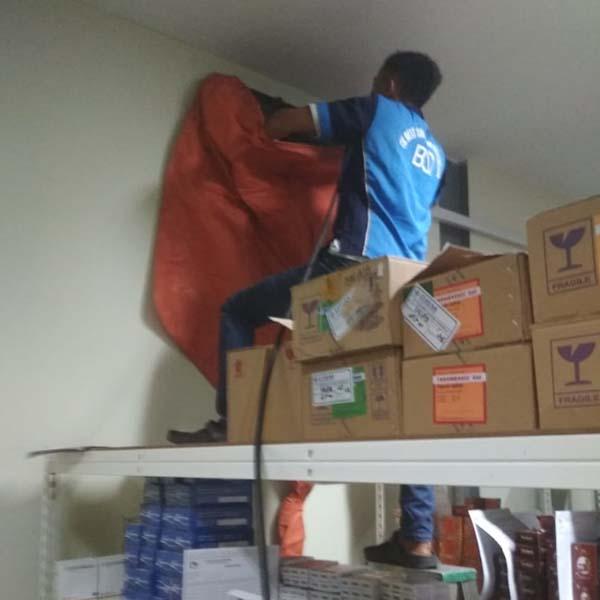 Service cuci ac salah satu apotik di kota Batam